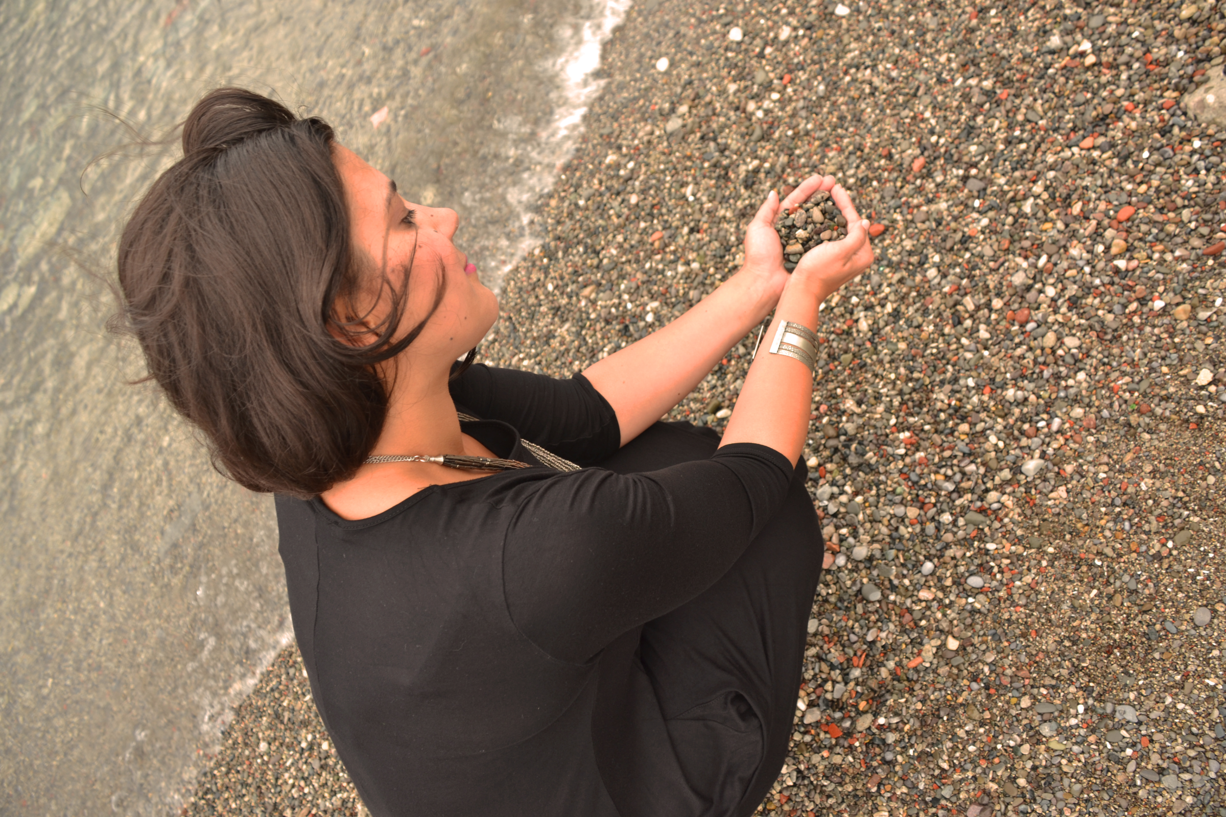 DSC_1236a (K holding pebbles)